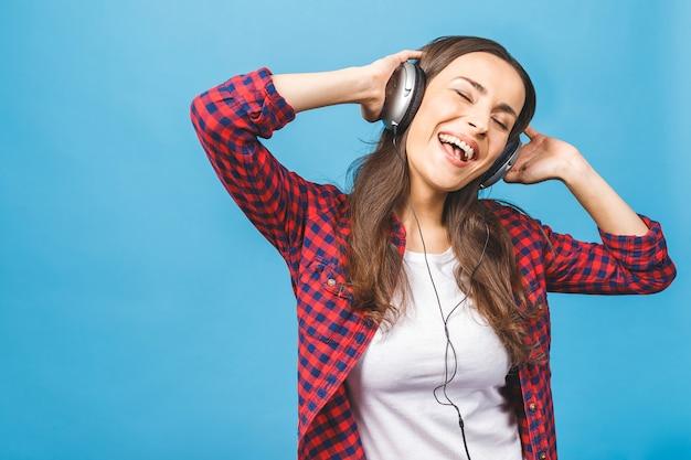 Mulher com fones de ouvido ouvindo música música adolescente mulher dançando