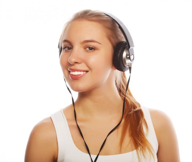 Mulher com fones de ouvido, ouvindo música.
