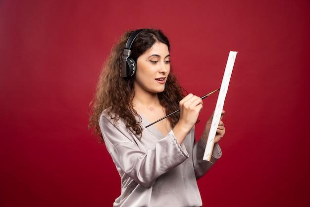 Mulher com fones de ouvido, pintura sobre tela.