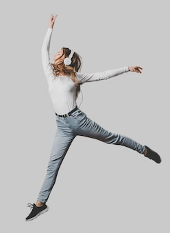 Mulher com fones de ouvido pulando no ar