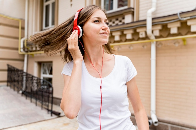 Mulher com fones de ouvido