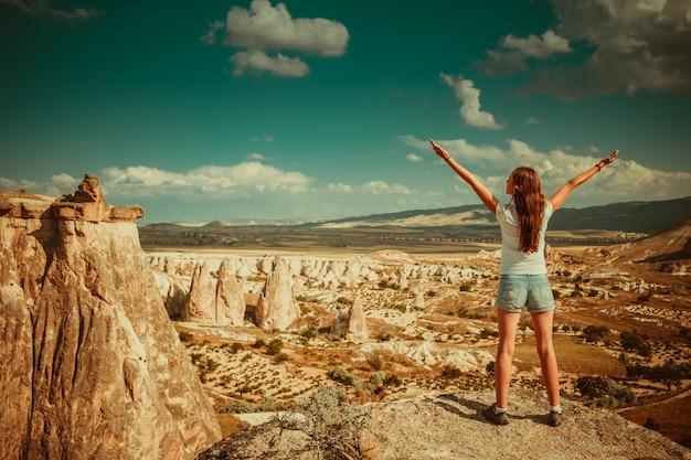Mulher com formações rochosas na turquia