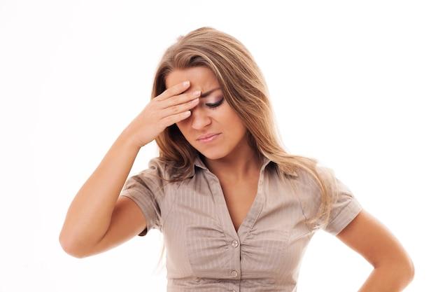 Mulher com forte dor de cabeça