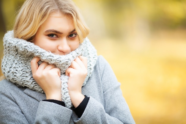 Mulher com frio no outono
