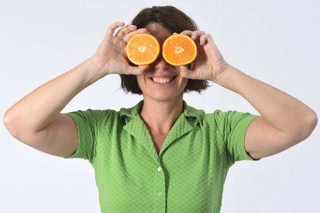 Mulher com fruta laranja