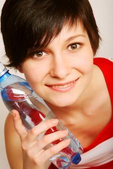 Mulher com garrafa de água limpa