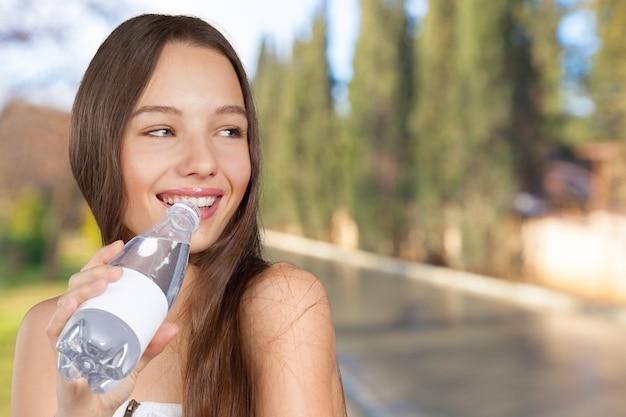 Mulher com garrafa de água