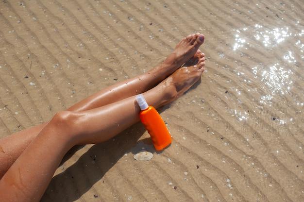Mulher, com, garrafas, de, sunscreen, perto, dela, mãos