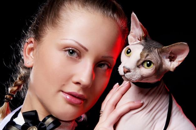 Mulher com gato sphynx