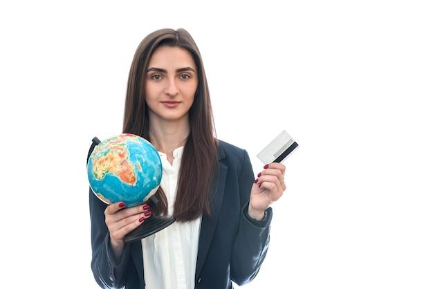 Mulher com globo e cartão de crédito isolado no branco