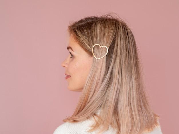 Mulher com grampo de cabelo em forma de coração