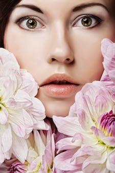 Mulher com grandes flores cor de rosa