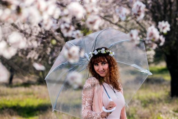 Mulher, com, guarda-chuva transparente