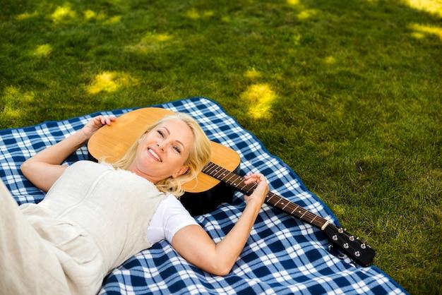 Mulher, com, guitarra, desfrutando, natureza