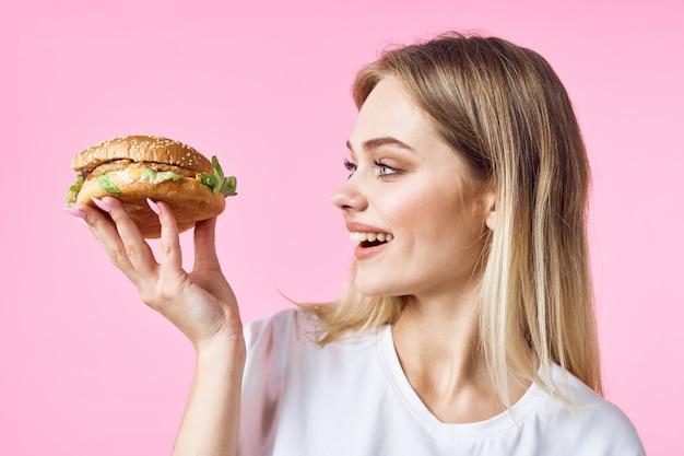 Mulher com hambúrguer na mão