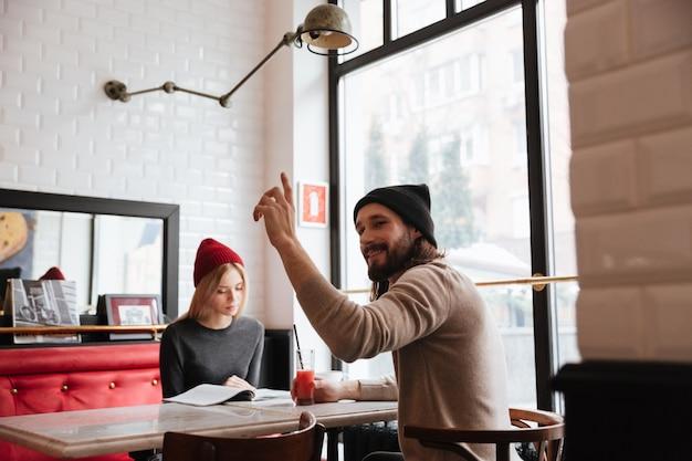 Mulher com homem no café