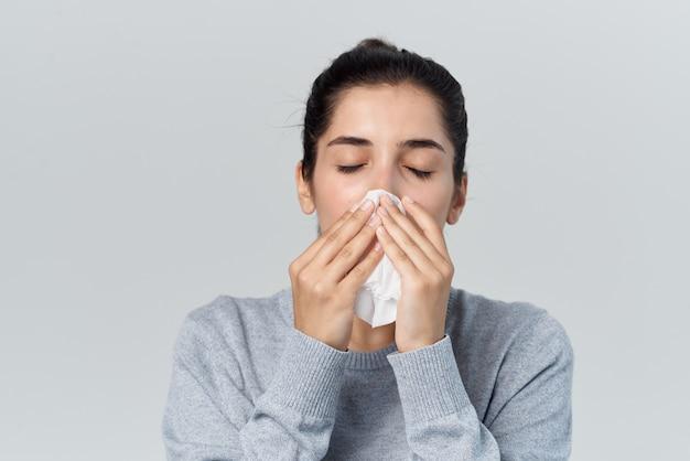 Mulher com infecção de resfriado de nariz escorrendo lenço. foto de alta qualidade