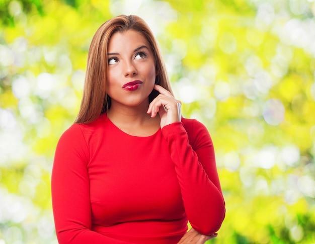 Mulher com lábios pintados de vermelho