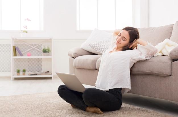 Mulher com laptop dentro de casa Foto Premium