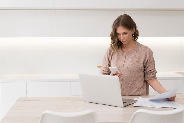 Mulher com laptop e documentos