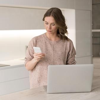 Mulher com laptop e smartphone