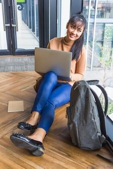 Mulher, com, laptop, perto, mochila