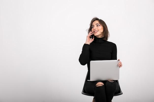 Mulher com laptop sentado isolado