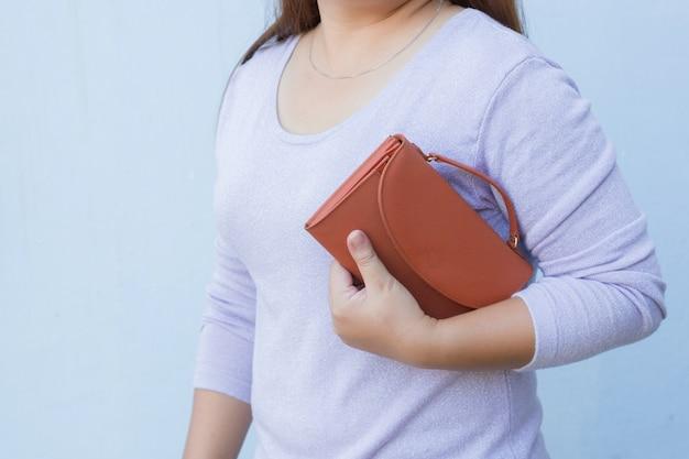 Mulher, com, laranja, carteira