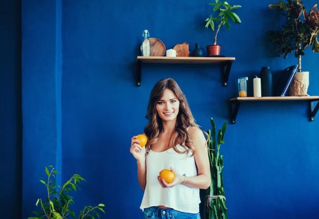 Mulher, com, laranja, ligado, parede azul
