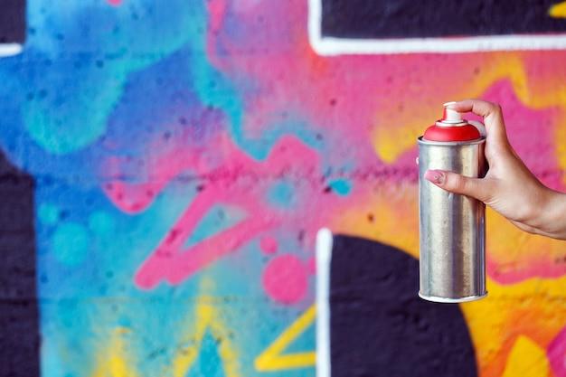 Mulher com lata de spray