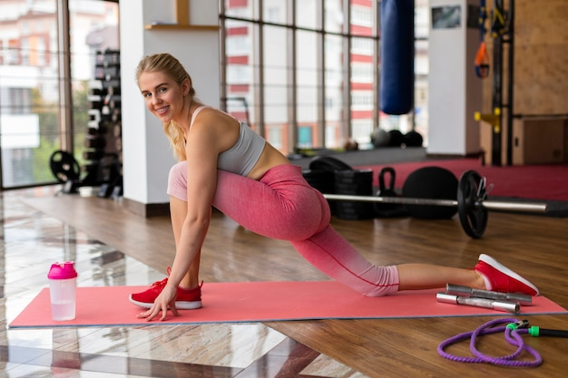 Mulher com leggings rosa no ginásio
