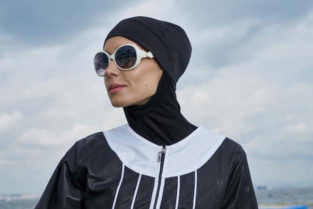 Mulher com lenço e óculos de sol