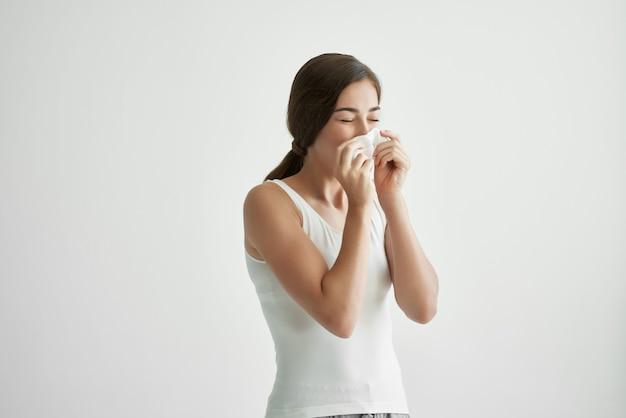 Mulher com lenço frio, nariz escorrendo, problemas de saúde