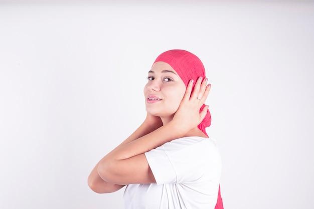 Mulher com lenço rosa lutando contra o câncer Foto Premium