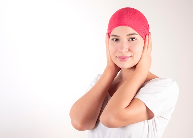 Mulher com lenço rosa lutando contra o câncer