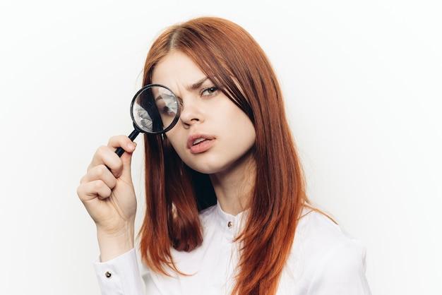 Mulher com lente de aumento