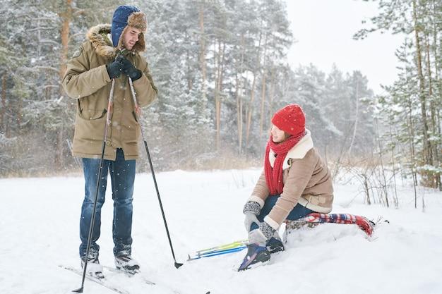 Mulher com lesão no esqui