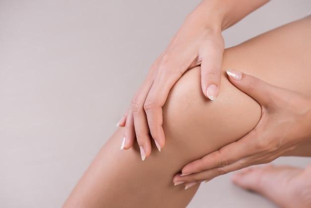 Mulher com lesão no joelho, conceito de saúde.