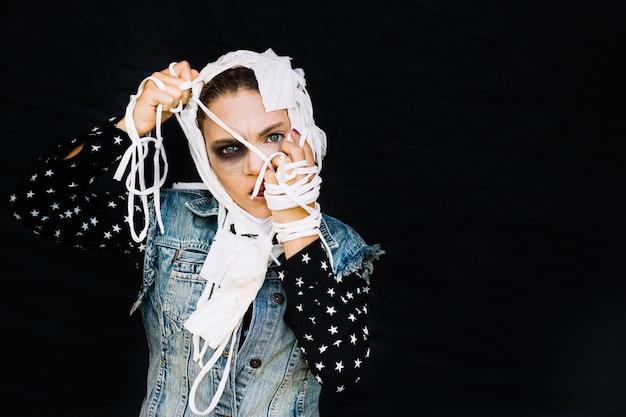 Mulher com ligaduras soltas