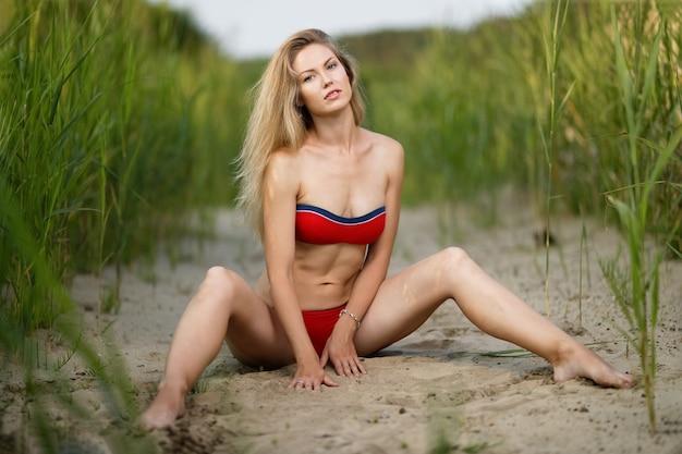 Mulher com lindo corpo esportivo na praia