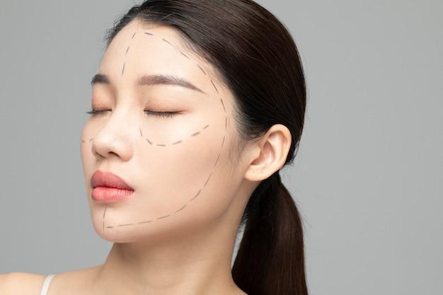 Mulher com linhas pontilhadas na cosmetologia do rosto