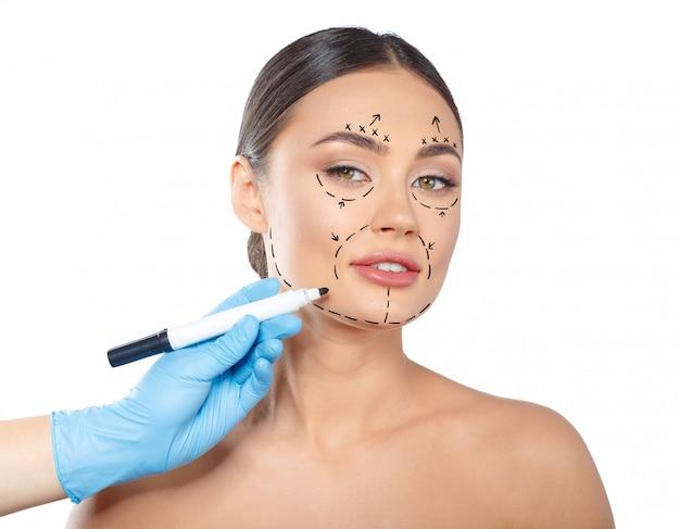 Mulher com linhas pontilhadas no rosto, cosmetologia