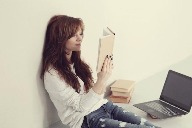 Mulher com livro
