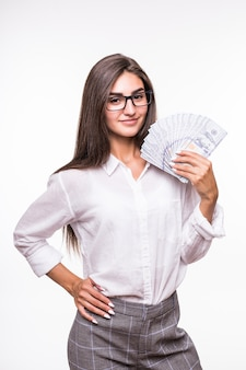 Mulher com longos cabelos castanhos em roupas casuais segurando muitas notas de dólar sobre o branco