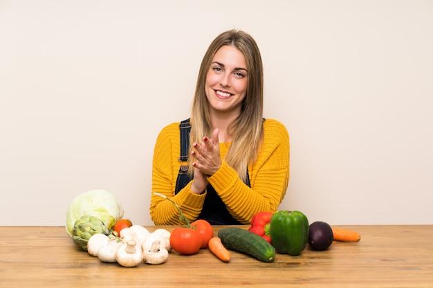 Mulher, com, lotes, de, legumes, aplaudindo