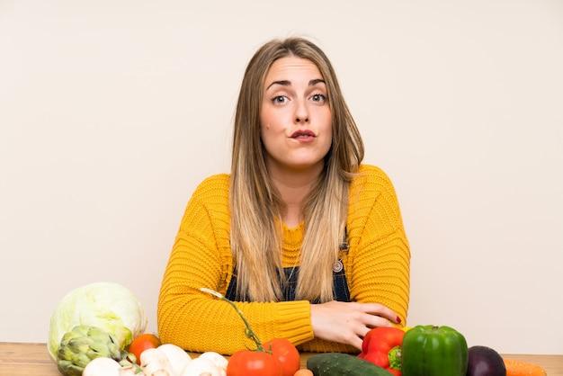 Mulher, com, lotes, de, legumes, tendo, dúvidas, e, com, confunda, expressão expressão