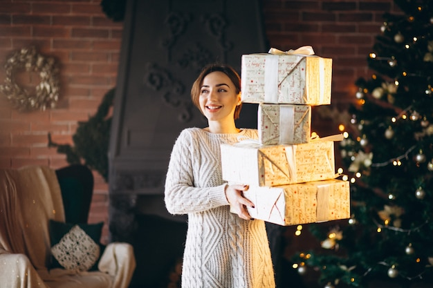 Mulher, com, lotes, de, presentes, frente, árvore natal