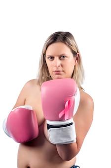 Mulher com luvas de boxe rosa lutando contra o câncer de mama