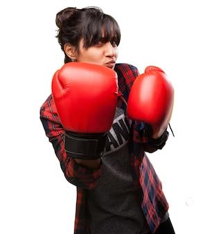 Mulher com luvas de boxe
