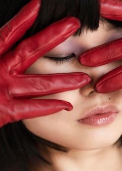 Mulher com luvas vermelhas posando